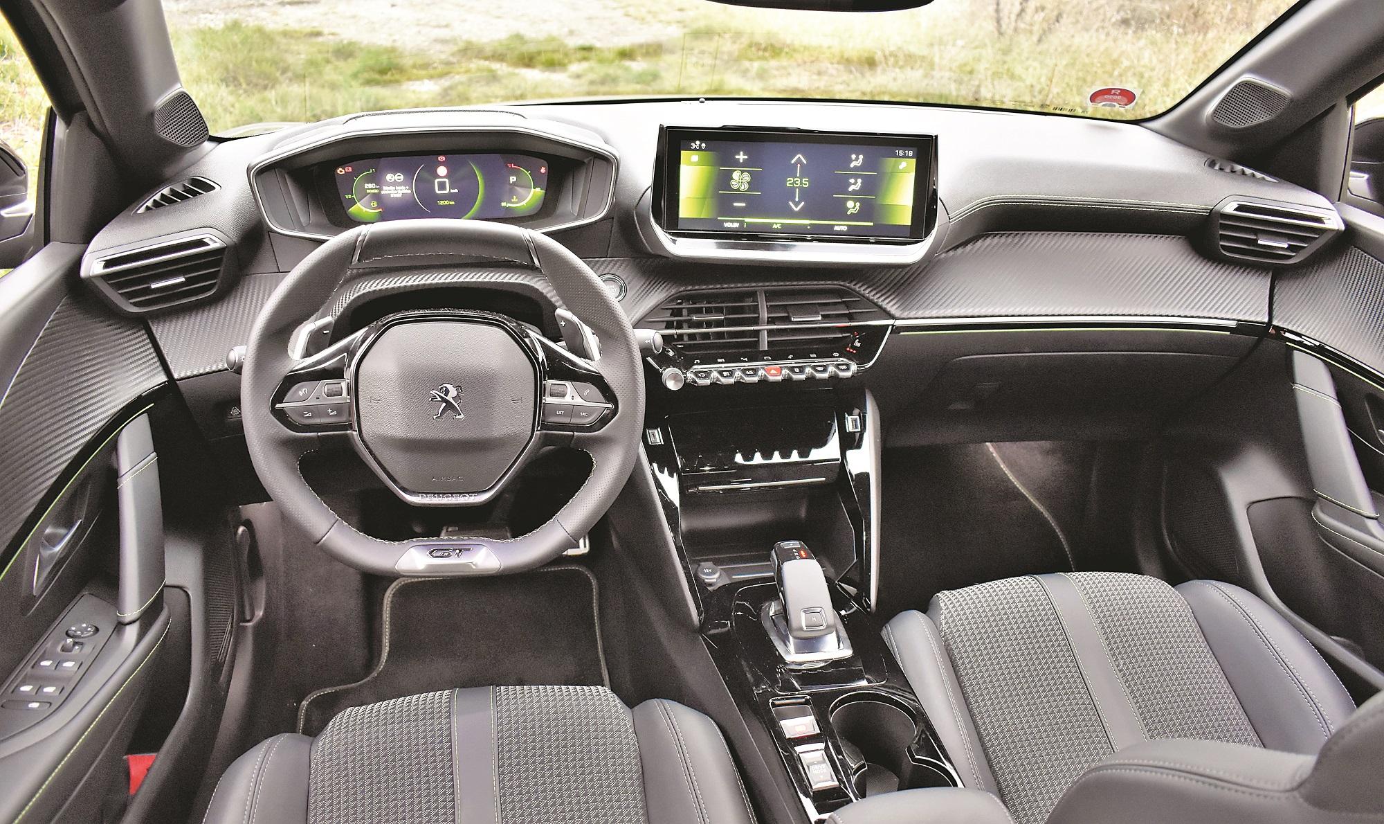 Nápadně malý volant a přístroje umístěné nad volantem nemusí vyhovovat každému. Je to ale velmi originální a elegantní řešení.