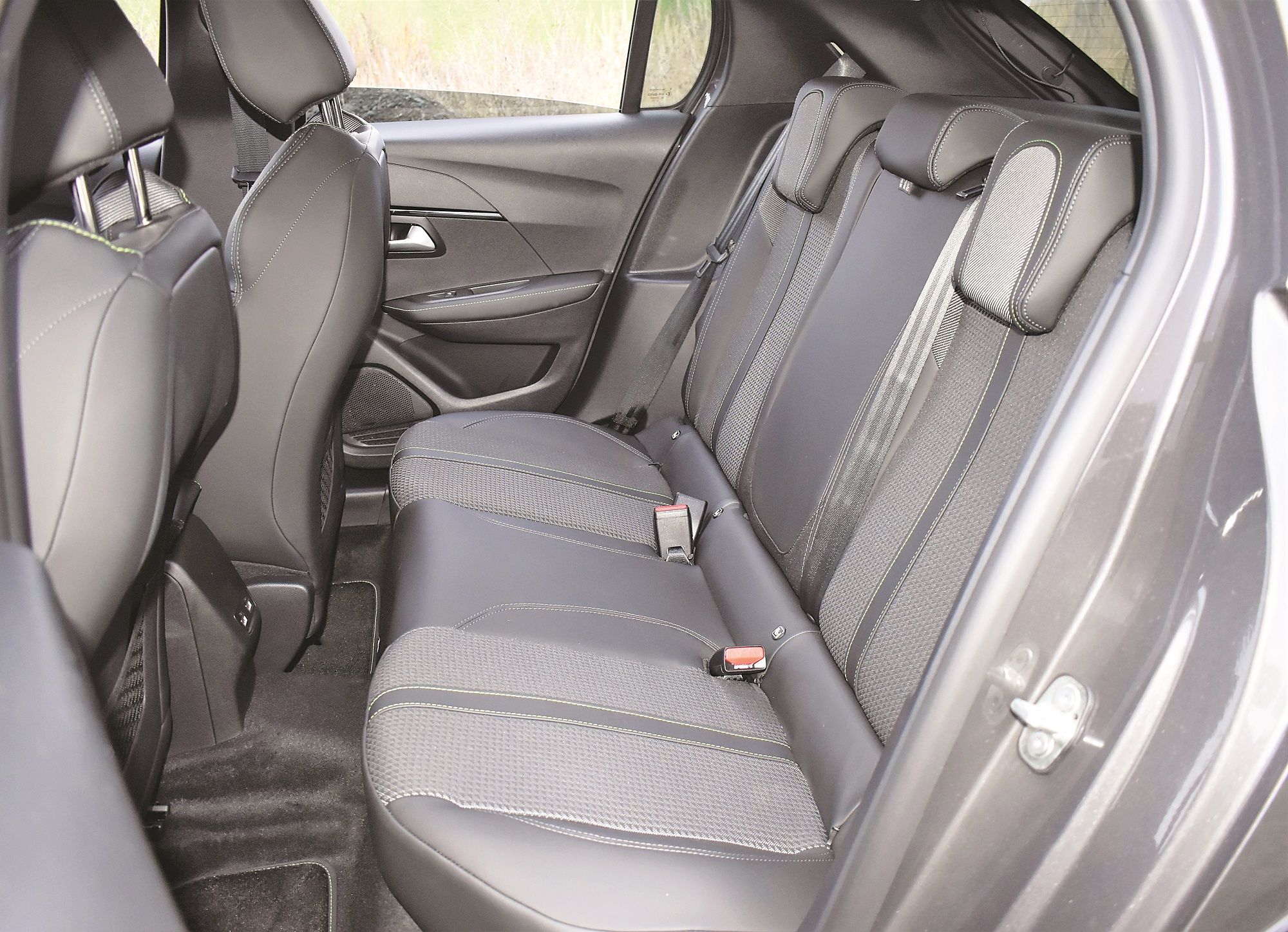 Pro kolena není místa nazbyt. Sedadlo spolujezdce je na snímku posunuto zcela vzad.