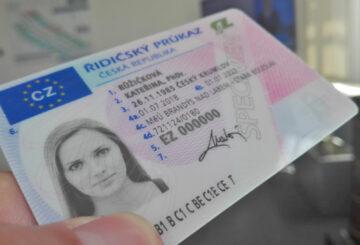 S nouzovým stavem se platnost řidičských průkazů prodlužuje